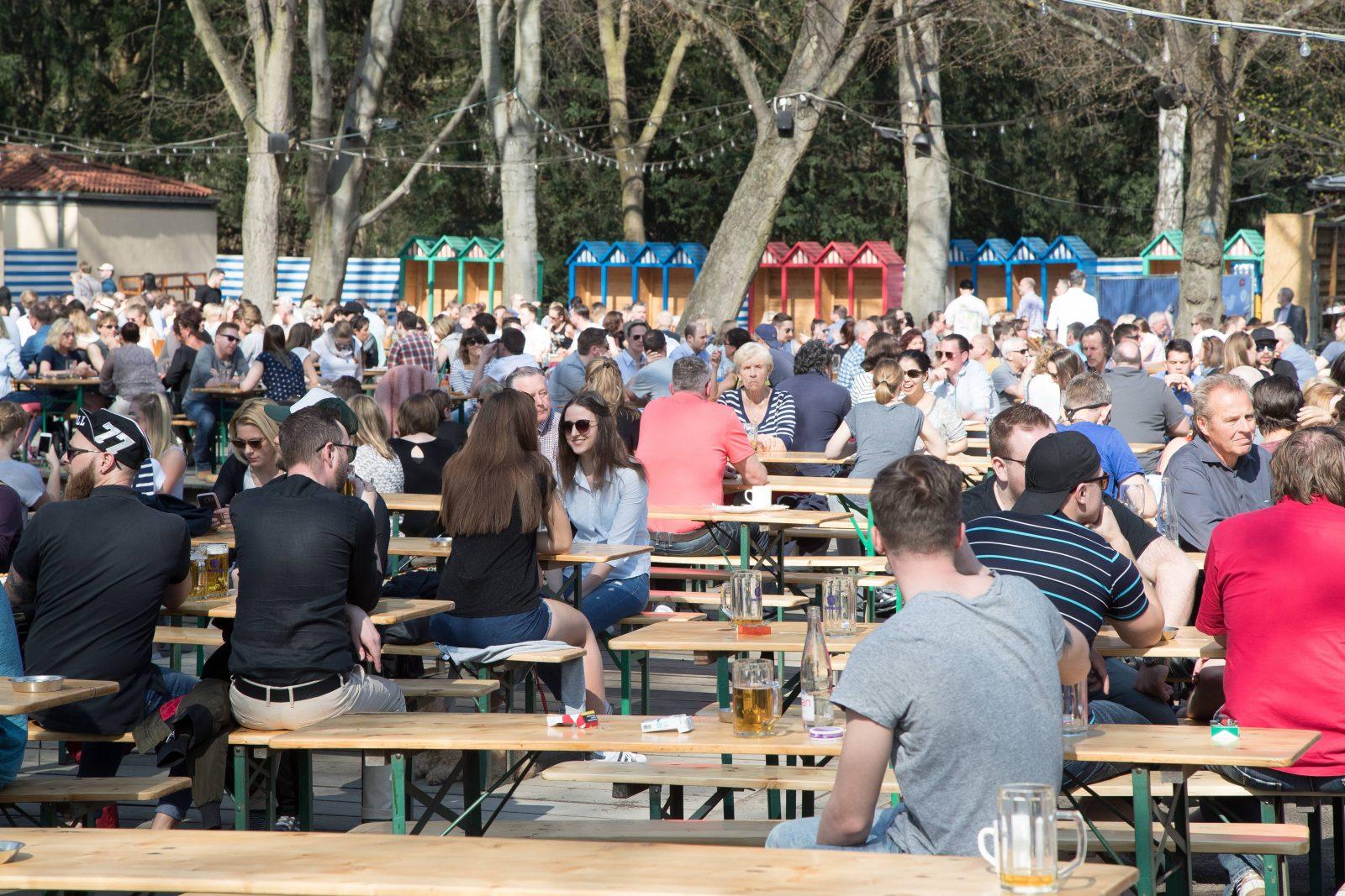 Wenn sich die Sonne zeigt, füllt sich auch schnell der Biergarten im Café am Neuen See.