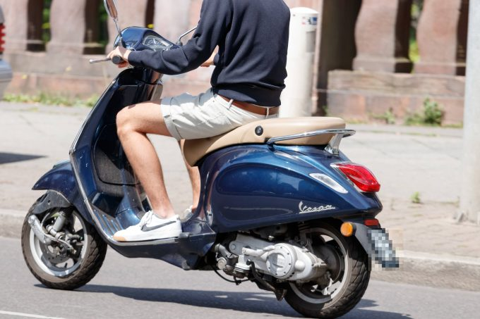 Der Motorroller nervt. Foto: imago images / Stefan Zeitz