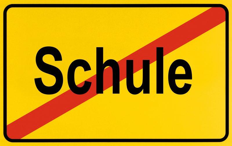 Verbotsschild: Schulen werden wegen Corona geschlossen.