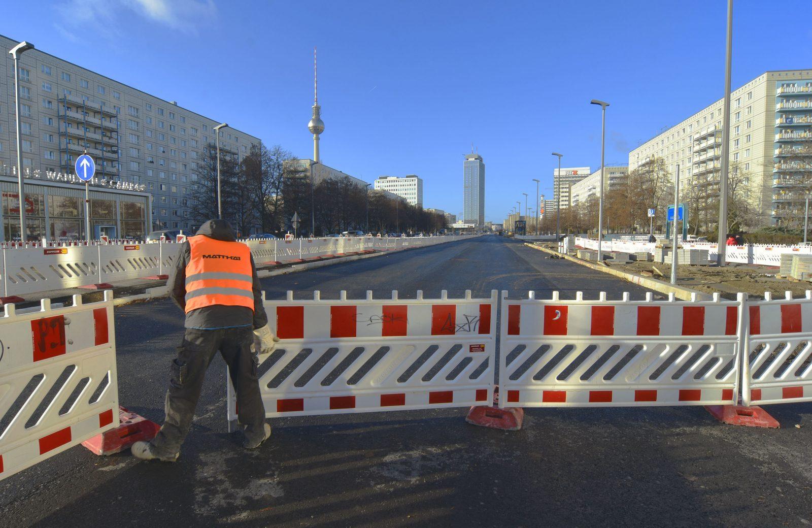 Grün statt Grau: Auf der Karl-Marx-Allee fallen künftig Parkplätze für einen Grünstreifen weg. Unsere Autorin findet das gut. Foto: imago images / PEMAX