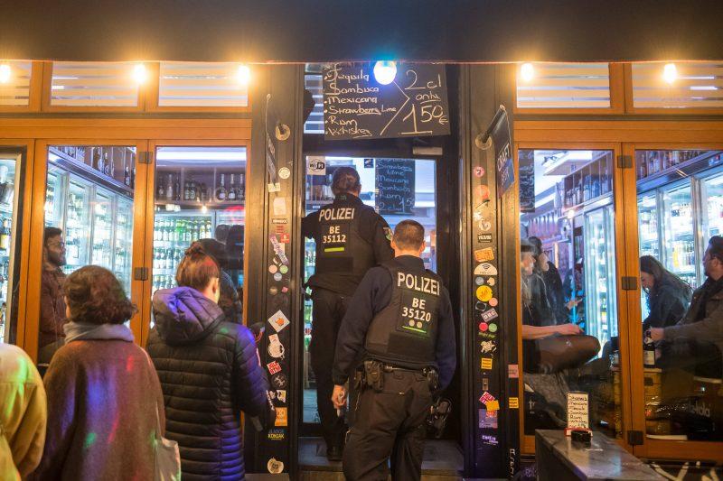 Corona-Blog Berlin: Die Polizei kontrolliert Geschäfte und Bars – es gibt strikte Regelungebn. Spätis dürfen zwar öffnen, sich aber nicht zu Bars umfunktionieren. Foto: Imago/Ditsch