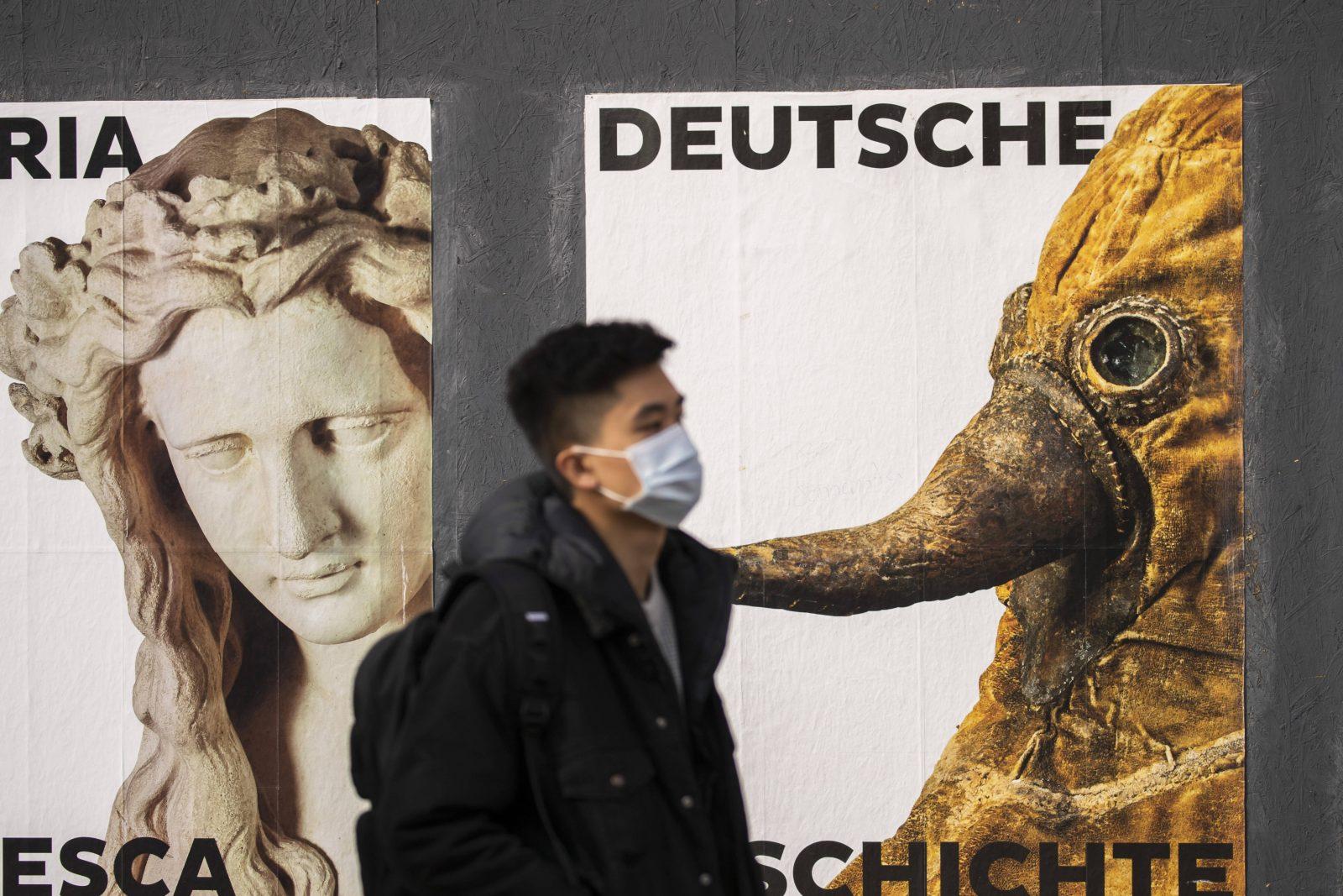 Corona in Berlin: Ein Mann mit Mundschutz vor dem Deutschen Historischen Museum.