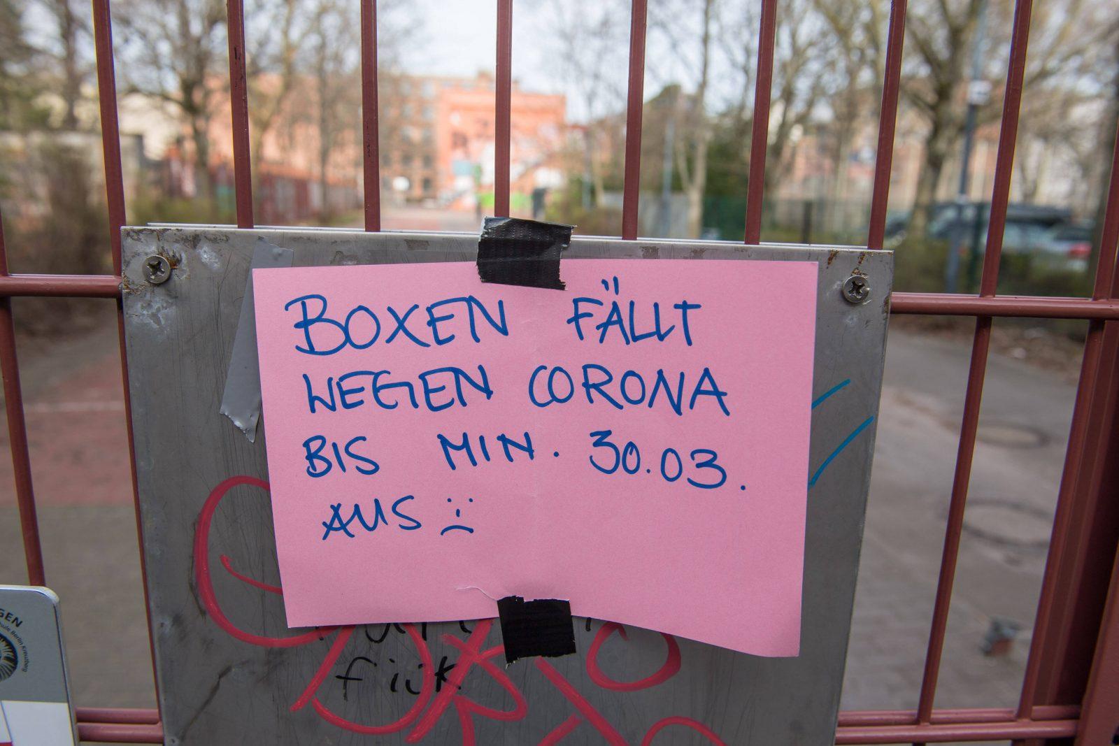 Corona-Blog Berlin: Ein Schild weist in Kreuzberg darauf hin, dass das Box-Training ausfällt.