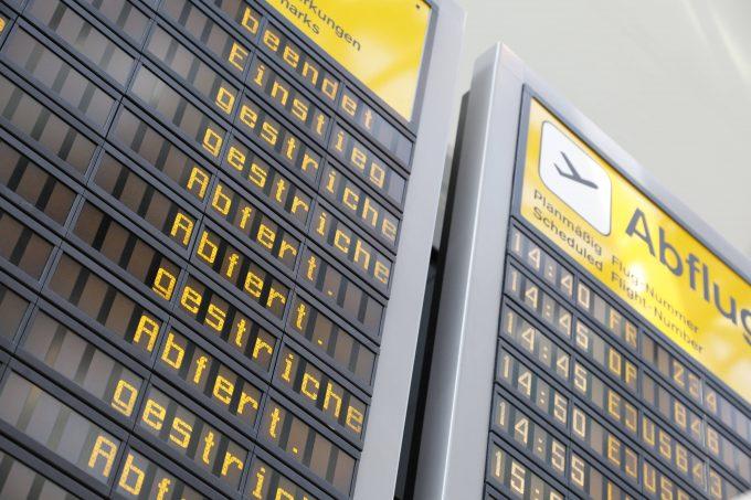 Tafel am Flughafen Tegel mit gestrichenen Flügen am 16.03.2020 *** Board at Tegel airport with cancelled flights on 16 03 2020