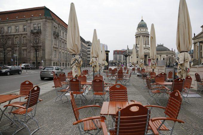 Tische und Stühle am Gendarmenmarkt in Berlin am 17.03.2020 *** Tables and chairs at the Gendarmenmarkt in Berlin on 17 03 2020