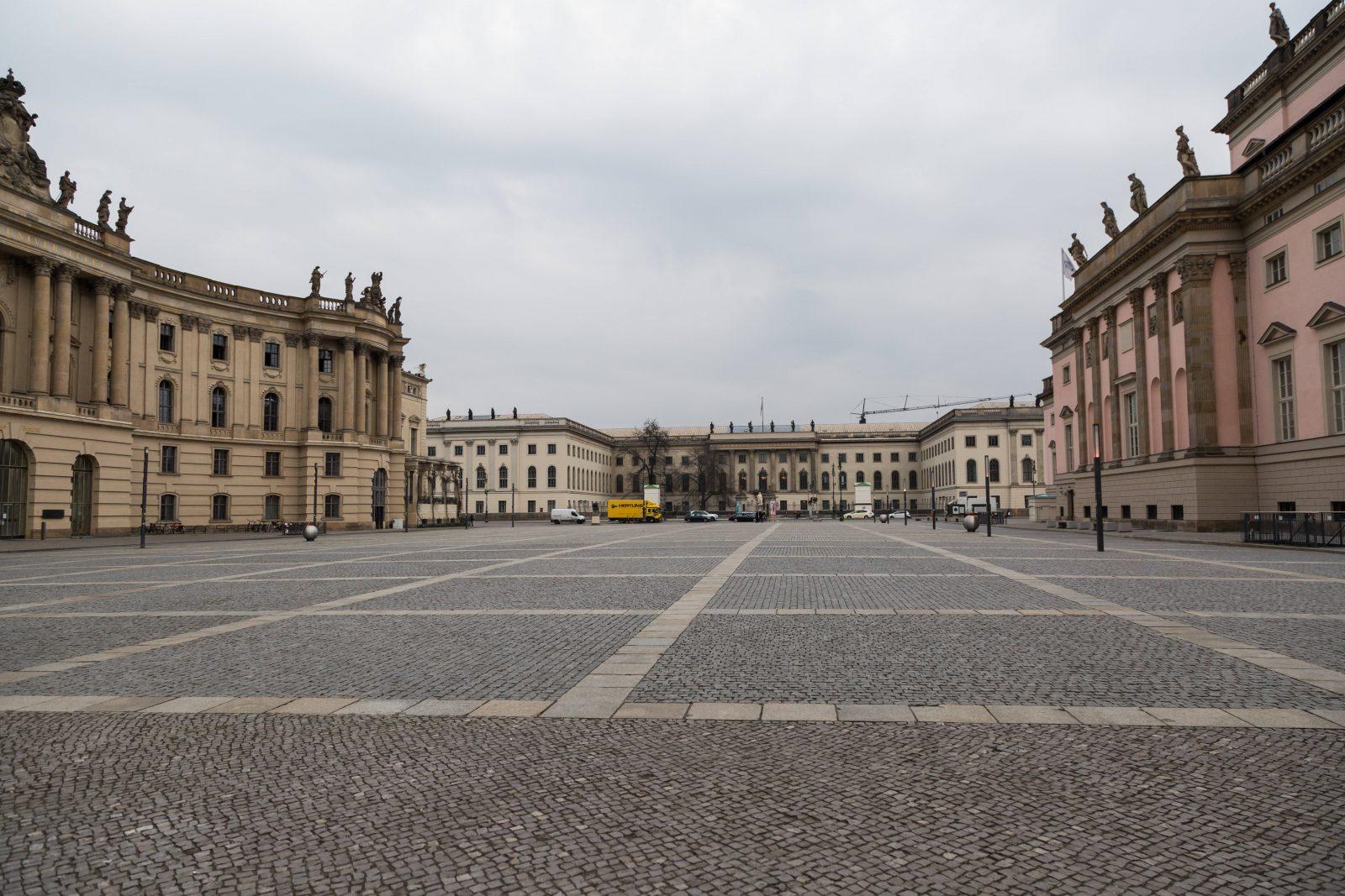 Staatsoper zu, Humboldt-Uni zu, und niemand, der am Bebelplatz verweilt. Foto: imago images / STPP