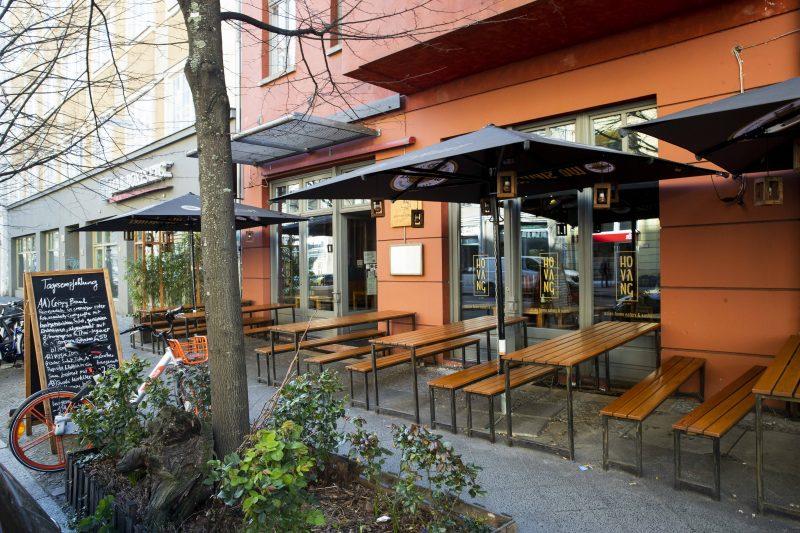 Leeres Restaurant in Berlin. Wegen Corona finden das öffentliche Leben fast nicht mehr statt.