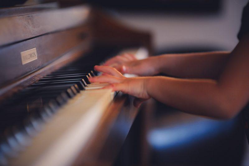 Klavierspiel muss erlernt werden, irgendwann mus man anfangen. Warum nicht während der Corona-Isolation.