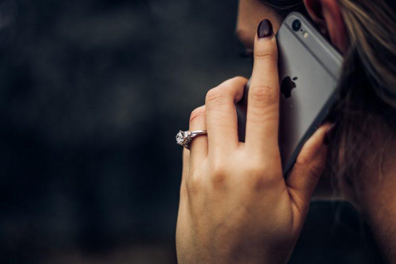 Eine Frau telefoniert. Während der Corona-Isolation sollten direkte soziale Kontakte möglichst vermieden werden.