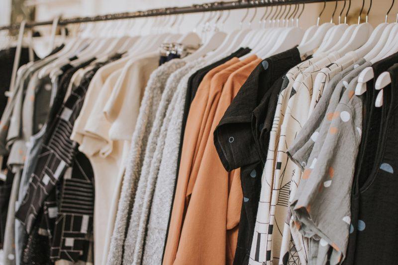 Alte Klamotten können auch mal ausgemistet werden. Während der Corona-Isolation ist dafür genug Zeit.