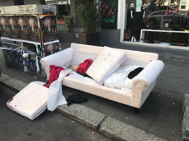 Ein altes Sofa wurde während Corona in Friedrichshain auf die Straße gestellt.