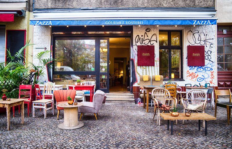 Cafés zum Draußensitzen und entspannen: Sonne auf der Nase und Kaffeeduft in der Nase, das Zazza Kaffeehaus ist an schönen Tagen gut besucht.