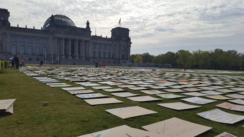 Fridays for Future mit Netzstreik und Kunstaktion gegen Klimawandel: Hunderte Schilder repräsentieren vor dem Reichstag die Demonstrant*innen, die sie gemalt haben.