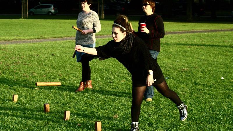 12 Spiele, die man draußen zu zweit spielen kann: Zielsicherheit ist beim Kubb-Spielen das Wichtigste.