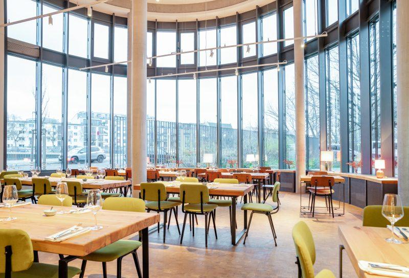 Blick in Gastraum Bar Brass mit Fensterfront. Das Restaurant in Charlottenburg ist noch offen.