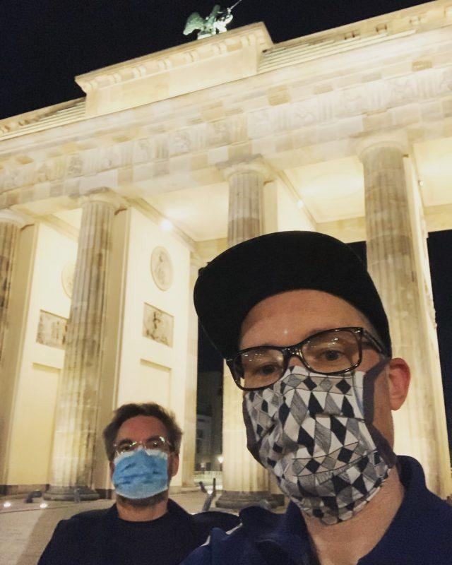 David trägt eine dreilagige Atemschutzmaske aus Vlies, eine echte OP-Maske.