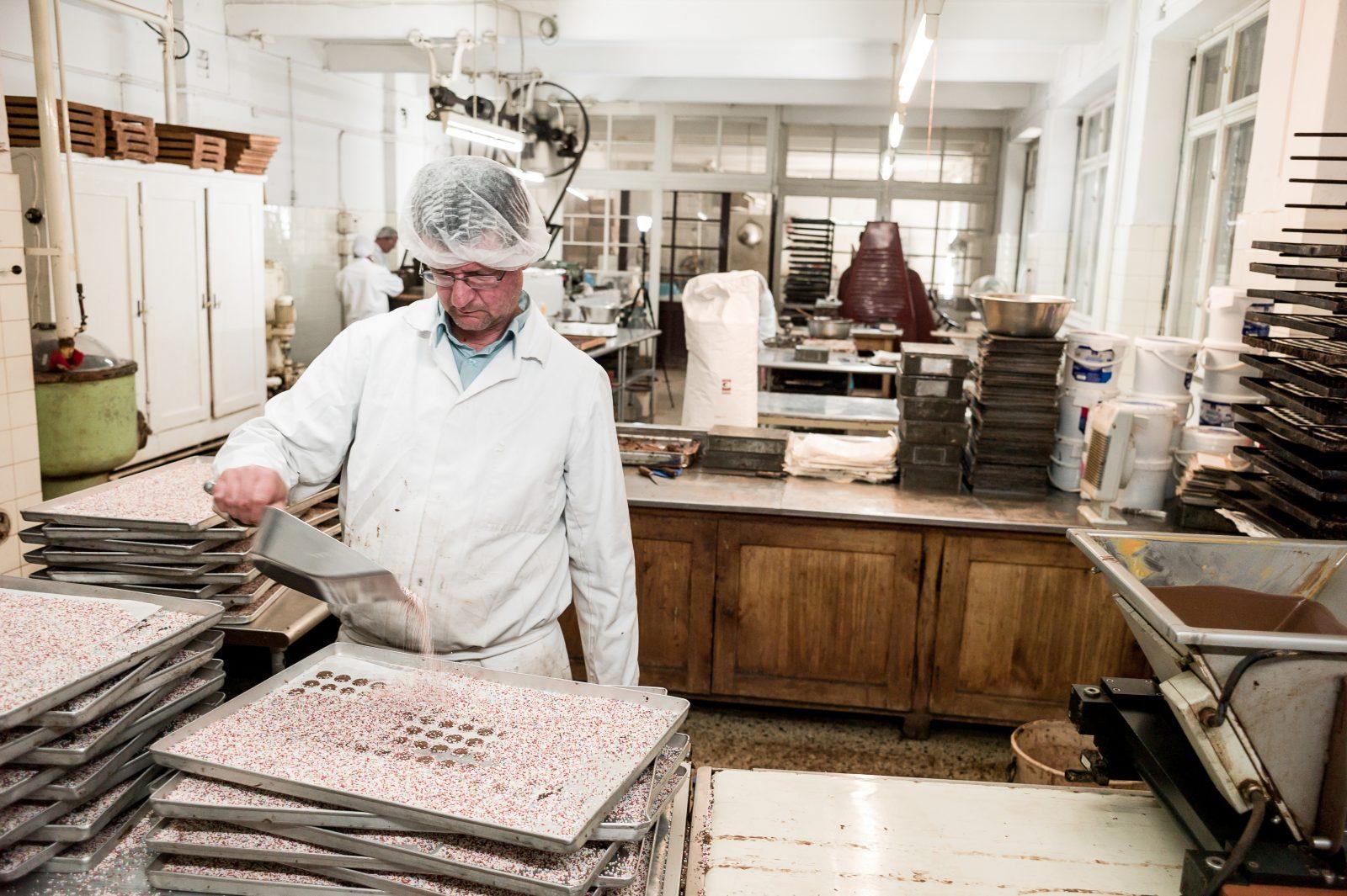 In der traditionsreichsten Schokoladenmanufaktur Berlins werden mehr als 60 Pralinensorten hergestellt. Foto: Harry Schnitger