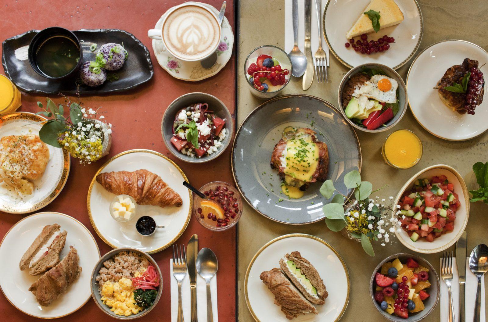 Cafés Mitte Japanisch thematisiertes Essen und ein hölzern-gemütliches Ambiente gibt es im House of Small Wonder.