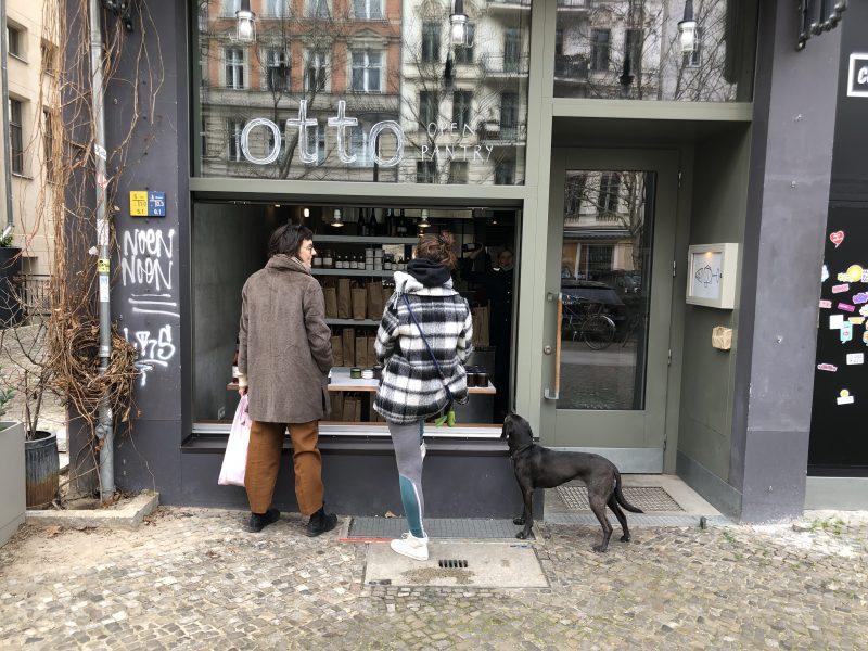Blick auf umfunktionierte Fensterfront des Restaurant Otto, das jetzt während Corona eingewecktes zum Einkauf bietet.
