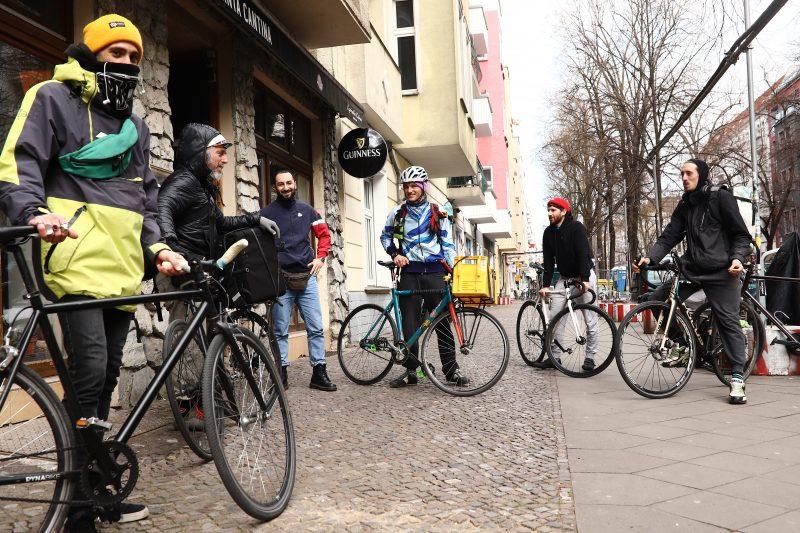 Fahrradfahrer auf Gehweg: Das Kollektiv Kolyma 2, ein solidarischer Lieferservice