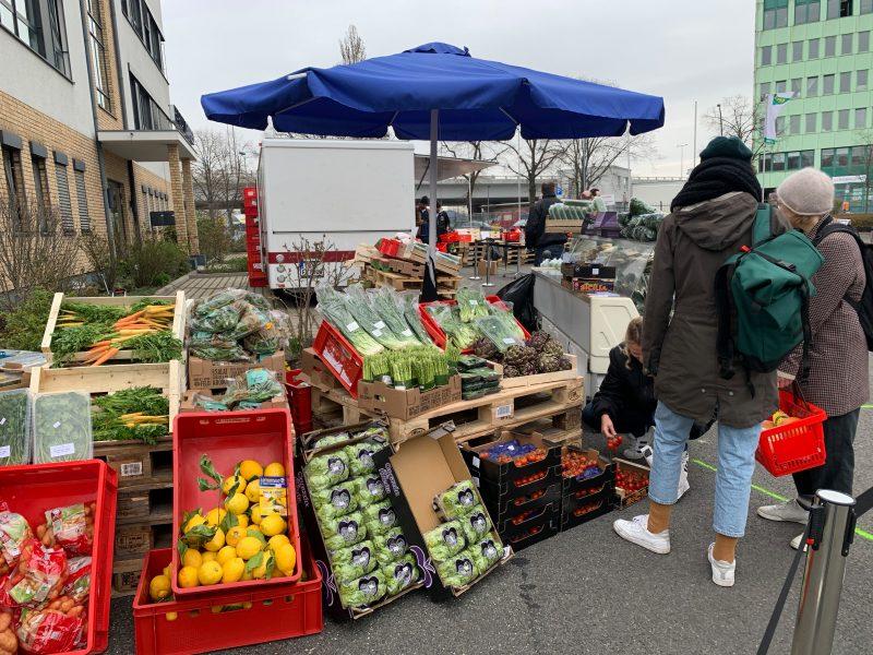 Blick auf Marktstand bei Havelland Express Hofverkauf mit Gemüse und Obst. Während Corona organisiert der Lieferant Einkauf für Privatkunden am Wochenende.