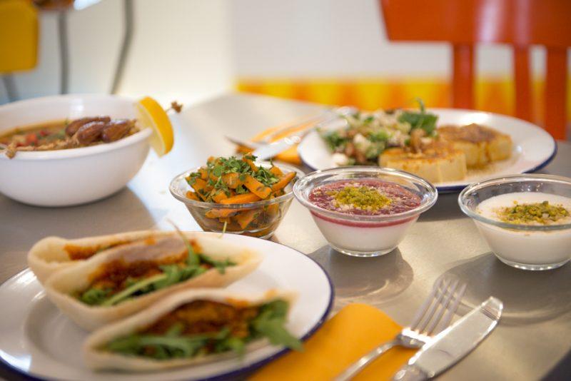 Gedeckter Tisch bei Koshary Lux. Das Charlottenburger Restaurant bietet in Berlin Iftar-Pakete zu Ramadan an.