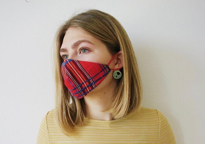 Vor Corona schützen mit einem Mundschutz? Eine Maske ist nicht gleich Mundschutz. Manche Masken sind schick, lokal und modisch. Viele Modemacher in Berlin bringen neue Kollektionen auf den Markt.
