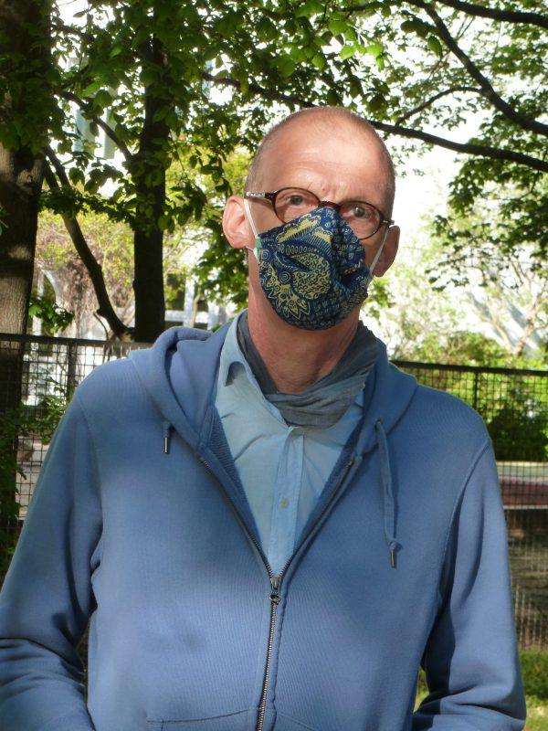 Nun hat mir eine Freundin diese Maske genäht. Denn medizinische Masken bekomme ich nicht gestellt