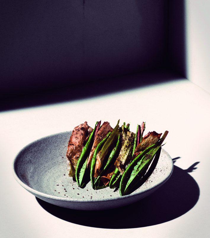 Ein Teller mit Gemüse im Nobelhart und Schmutzig. Das Restaraunt in Mitte ist noch offen.