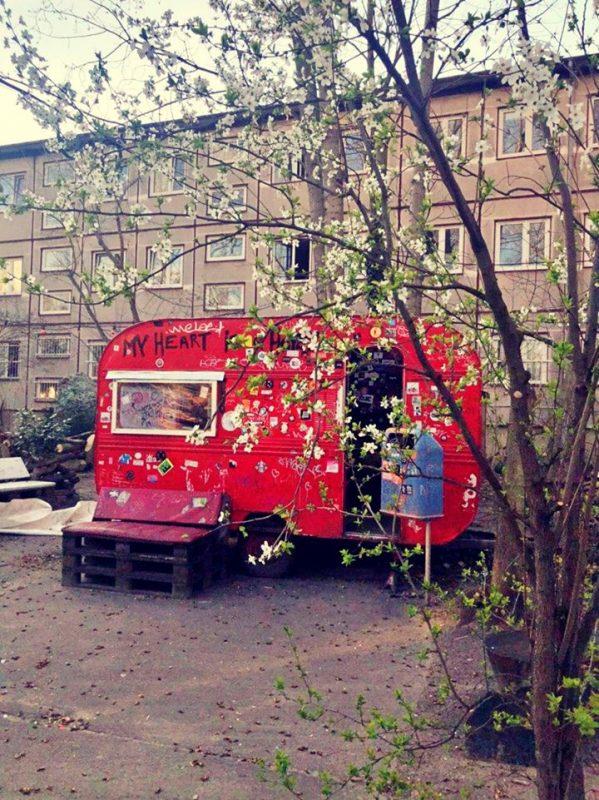 Der Wohnwagen im Garten des About Blank ist legendär, auch Nina Hagen drehte hier schon Filme (und möglicherweise auch auf).