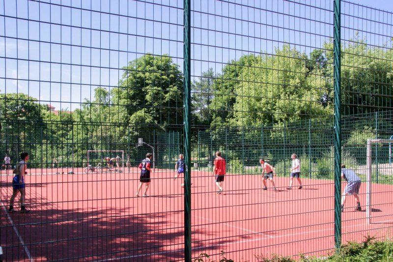 Im Monbijoupark kann man kicken, Beachvolleyball und Tischtennis spielen. Foto: Imago/F. Berger