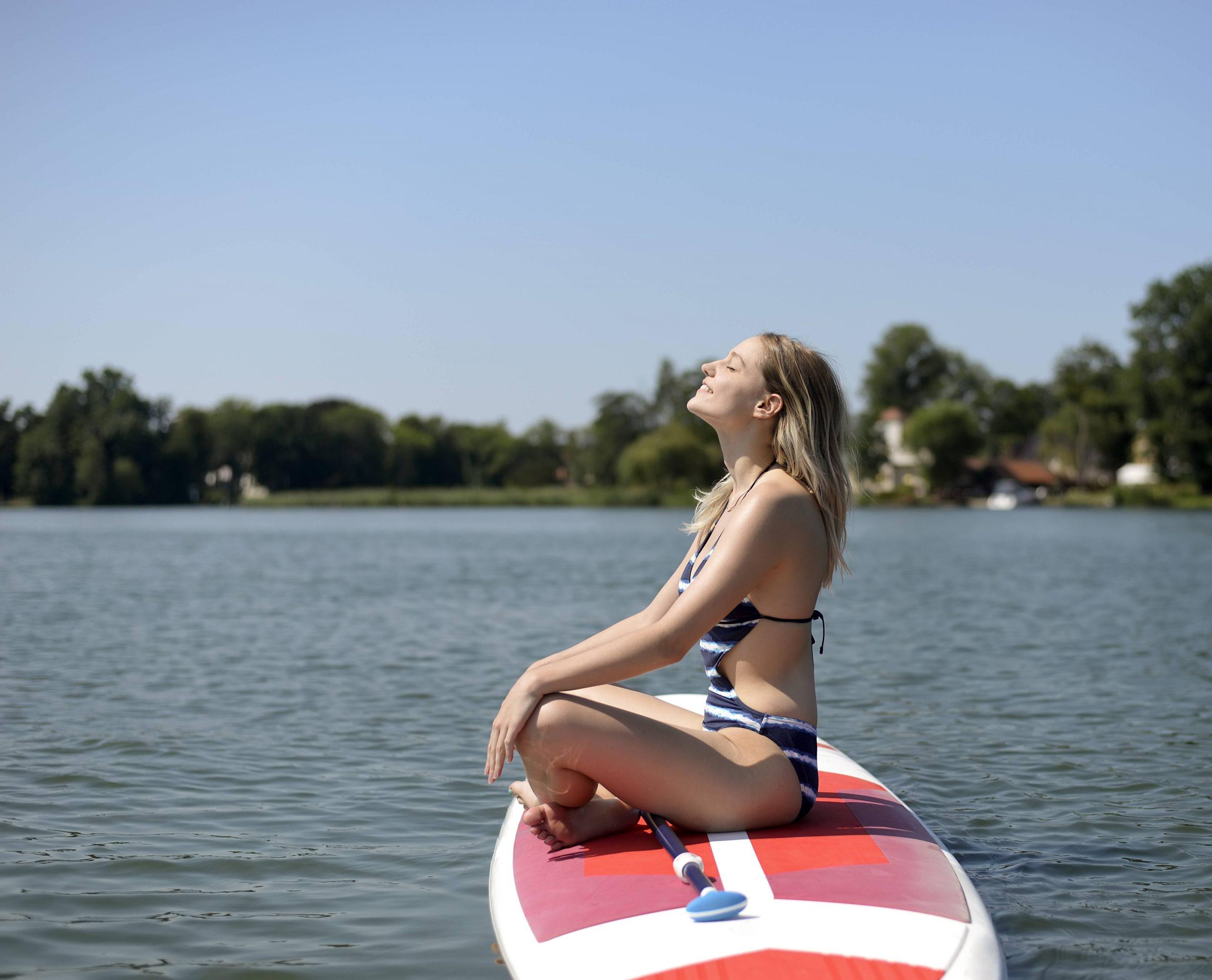 Nicht nur zum Schwimmen geeignet: Wassersport ist auf dem Zeuthener See auch möglich – oder auch einfach mal entspannen. Foto: Imago/Westend61