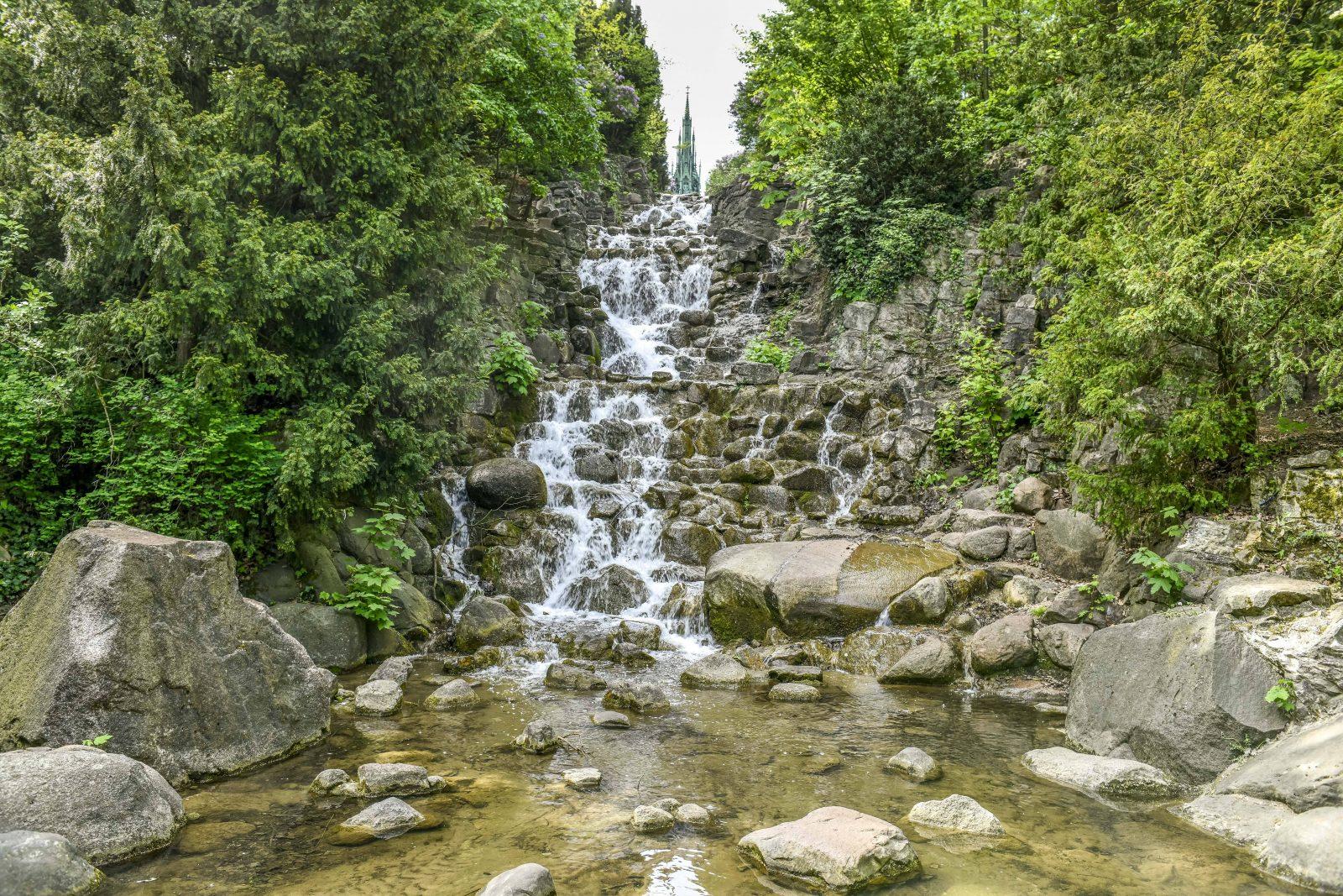 Berliner Berge: Idyll inmitten der Stadt: Der auf dem Kreuzberg liegende Viktoriapark mit seinem Wasserfall. Foto: Imago Images/Schöning