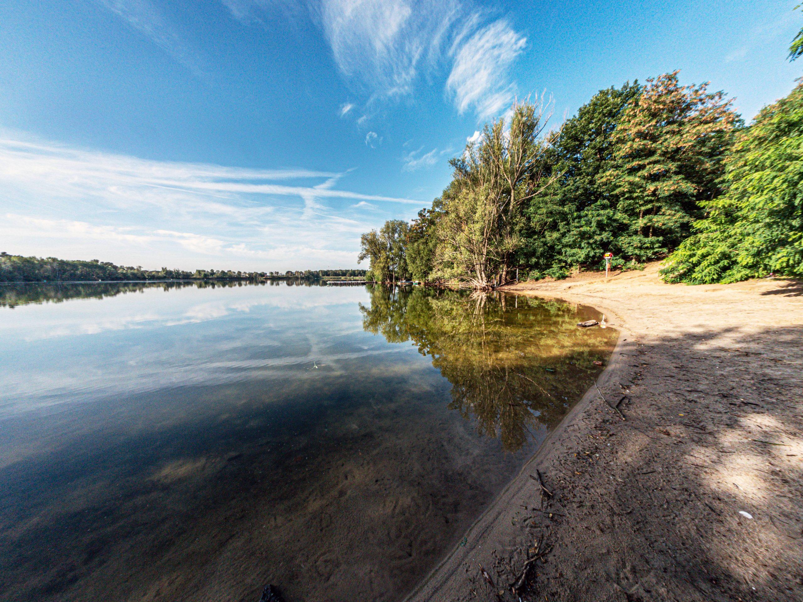 Der Flughafensee in Reinickendorf hat eine ausgezeichnete Wasserqualität – und auch einer der Badeseen mit einem FKK-Bereich. Foto Imago/Ritter