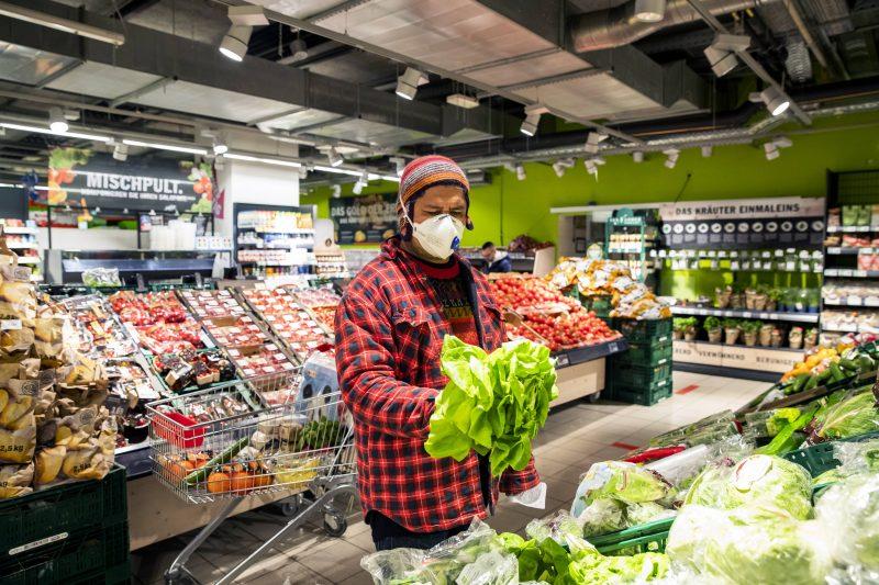 Wer in Berlin zum Einkaufen das Haus verlässt, darf seinen Mundschutz ab dem 29. April 2020 nicht mehr zuhause lassen.