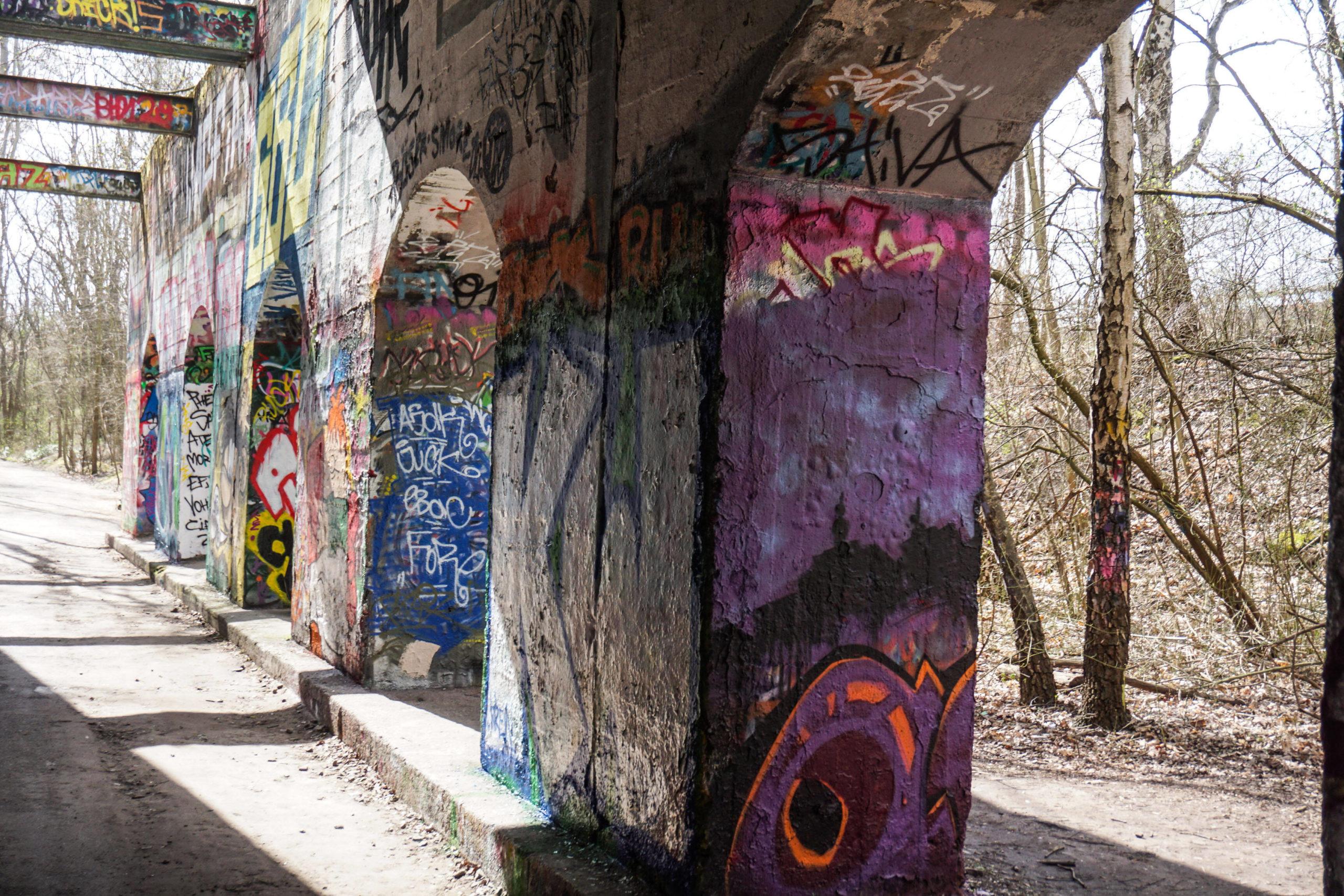 Graffiti im Natur-Park Südgelände: Die Kunstwerke an Säulen und Wänden sind hier erlaubt. Foto: Imago/Rolf Kremming
