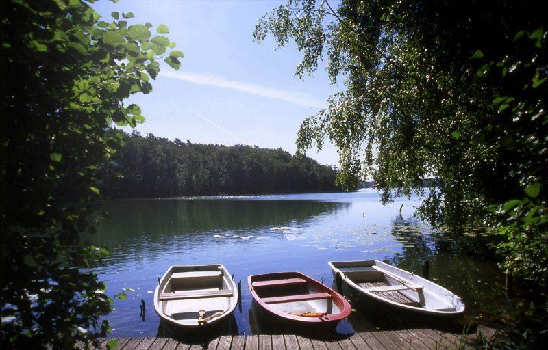 Wandern in und um Berlin: Ruderboote am Bötzsee.    Foto: imago/NBL Bildarchiv