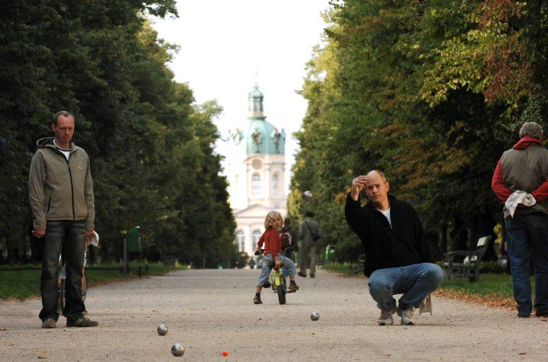 12 Spiele, die man draußen zu zweit spielen kann: Zu den tollsten Dingen am Boule spielen gehören die schweren metallenen Kugeln.
