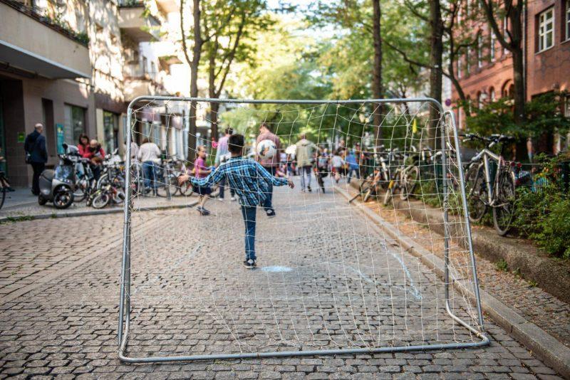 Die Böckstraße wurde – vor Corona – immer wieder gesperrt und zur Spielstraße umfunktioniert. Passiert das bald im Bezirk an vielen Orten? Foto: imago/F. Anthea Schaap