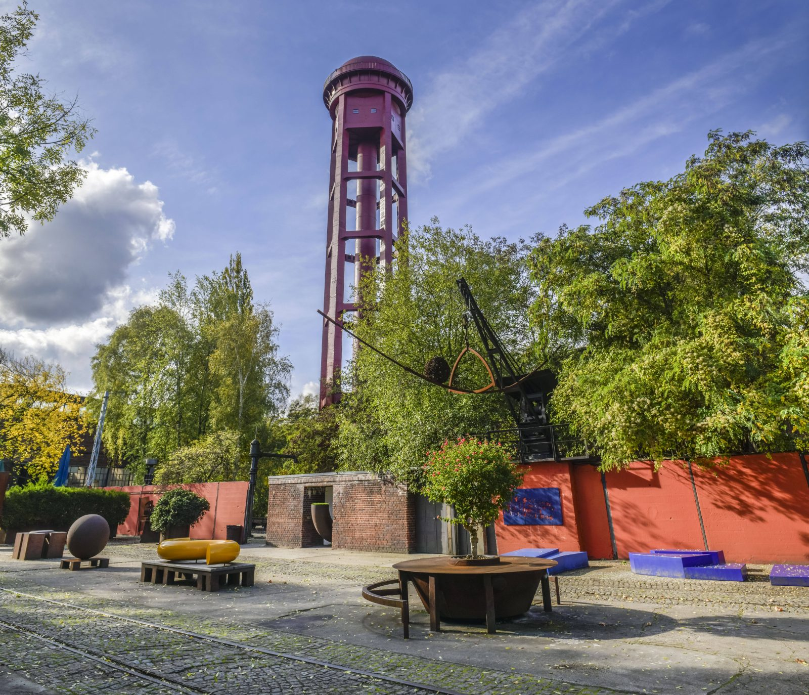 Kunst und alte Industrierelikte im Schatten des Wasserturms: Der Natur-Park Südgelände ist zugleich wild und schön gestaltet. Foto: Imago/Schöning