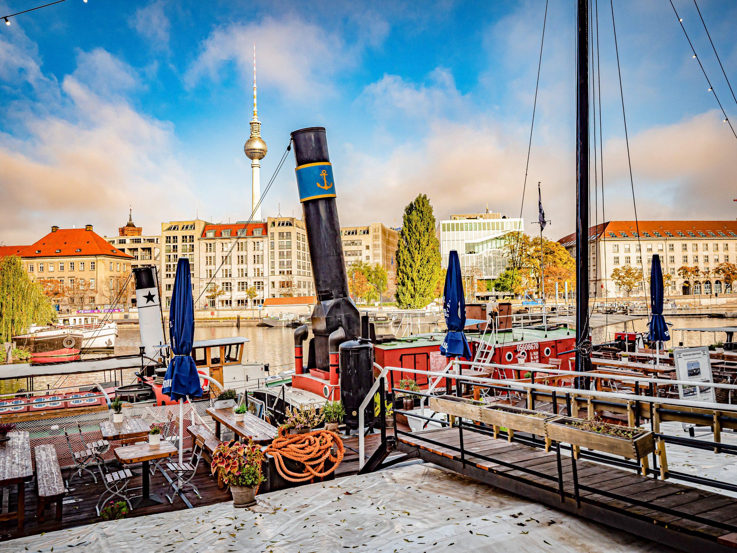 Blick vom Historischen Hafen in Mitte auf den Fernsehturm. Foto: Imago/Jürgen Ritter