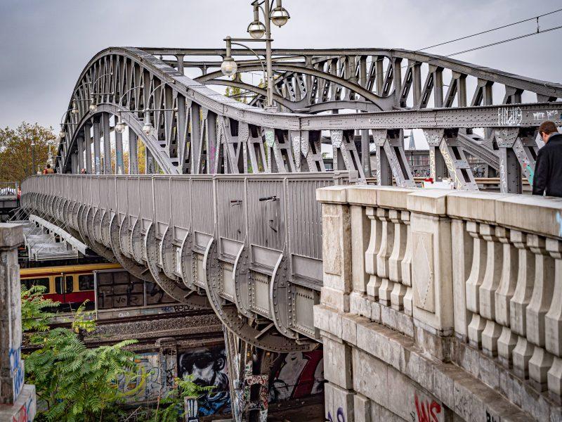 Hat hier jemand Bösebrücke gesagt? Eigentlich heißt das Bauwert zwischen Prenzlauer Berg und Wedding so. Nur: Die Menschen nennen sie Bornholmer Brücke. Foto: Imago/Ritter