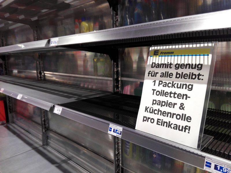 Berlin und Corona-Typ Hamster: In Supermärkten gibt es oft kein Klopapier und die Regale sind leer.