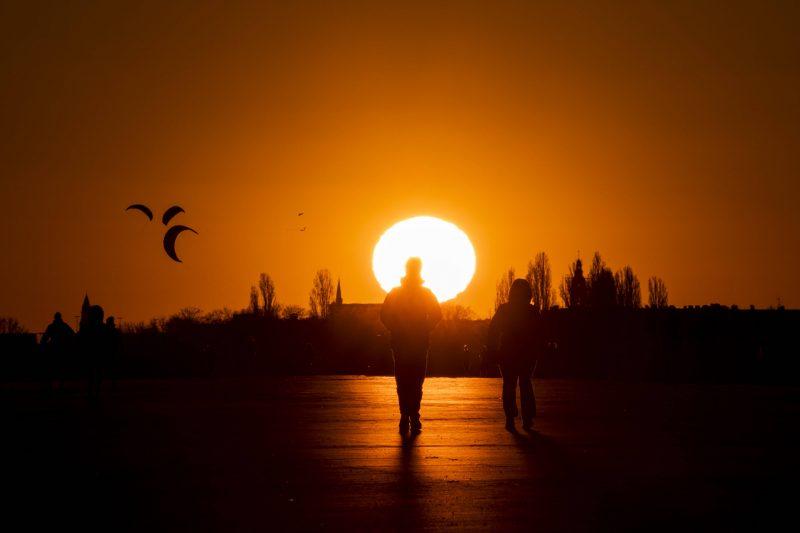 Nicht mehr lange, dann ist die Sonne über dem Tempelhofer Feld untergegangen und man kann mitten in Berlin in die Sterne gucken.