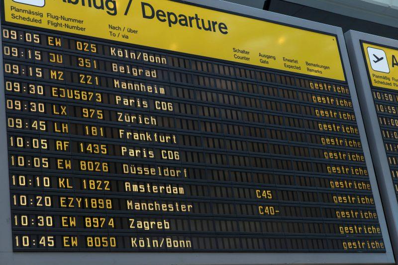 """Noch immer kommen in Tegel und Schönefeld volle Maschinen mit Rückkehren an. Die """"Wellen"""" an Fluggästen gilt es zu entzerren."""