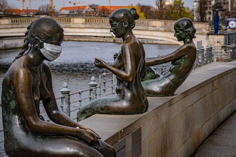 Berlins Statuen tragen jetzt auch Mundschutz.