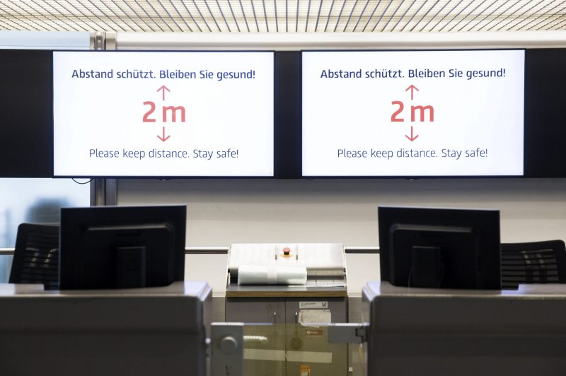 An den Flughäfen in Berlin warnt man über Monitore vor dem Corona-Virus.