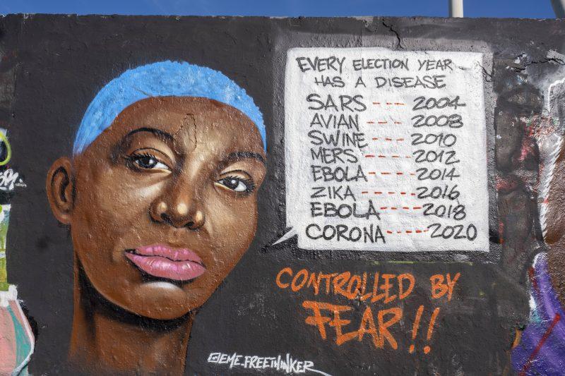 Ein Graffiti im Mauerpark stellt die Verbindung von Krankheit und Wahlen dar. Eine Verschwörungstheorie in Zeiten von Corona.