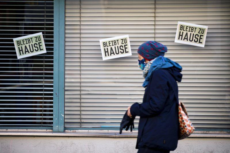 Eine Frau mit Mundschutzmaske ist in einer Berliner Straße unterwegs.