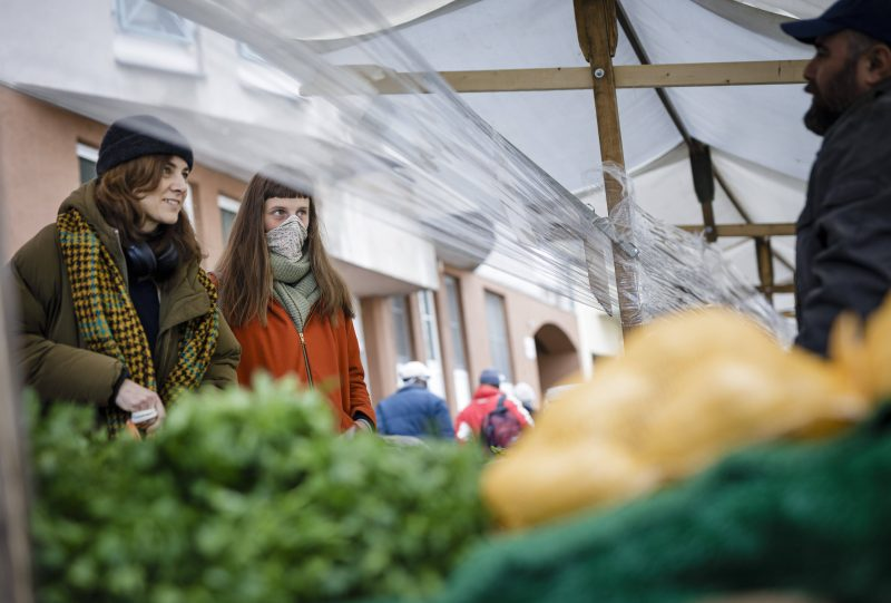 Junge Frauen auf dem Wochenmarkt am Maybachufer - schützen sich provisorisch gegen Corona.